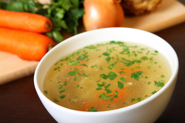 (РЕЦЕПТ) Лековита домашна супа: Само една чинија го чисти организмот!