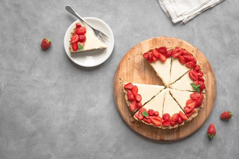 Најслаткиот десерт не се пече: Оваа торта од јагоди и јогурт е совршена!